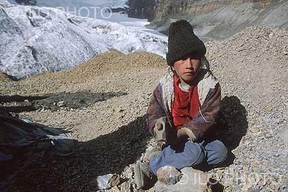 Photo of a child who works in the La Rinconada gold mine