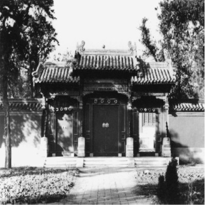 The gate to the second courtyard at Xihuang Si (Xihuang Temple) 西黃寺. The tip of the stupa is slightly visible over the top of the gate.